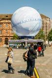 Voetgangers voor de Kandidatuur van Frankrijk van bolpavillion voor Wor stock foto