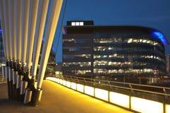 Voetgangersbrug aan de Stad van Media Stock Afbeeldingen