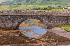 Voetgangersbrug die tot Eileen Donan Castle, Schotland leiden Royalty-vrije Stock Foto