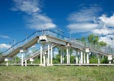 Voetgangersbrug in Drezna dichtbij Moskou Stock Foto