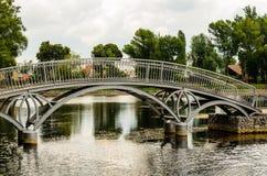 Voetgangersbrug in een openbaar park van de stad Kremenchug, de Oekraïne Royalty-vrije Stock Foto
