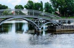 Voetgangersbrug in een openbaar park van de stad Kremenchug, de Oekraïne Royalty-vrije Stock Afbeeldingen