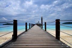 Voetgangersbrug en oceaan Royalty-vrije Stock Afbeeldingen