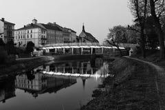 Voetgangersbrug en Oude Katholieke Kerk Stock Afbeeldingen