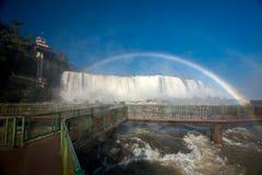 Voetgangersbrug en Regenboog in Iguazu-dalingen nationaal park stock foto's