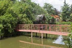 Voetgangersbrug in het Meer Divnoe van het parkrestaurant Lazarevskoe, Sotchi stock foto