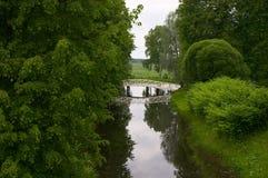 Voetgangersbrug in het park Stock Foto