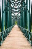 voetgangersbrug met metaalstructuur Stock Foto's