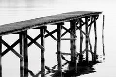 Voetgangersbrug op het meer Stock Foto's