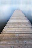 Voetgangersbrug op het meer Stock Fotografie