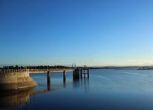 Voetgangersbrug over dam Royalty-vrije Stock Afbeeldingen