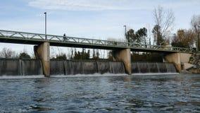 Voetgangersbrug over de Lez-rivier in Montpellier stock video
