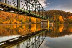 Voetgangersbrug over de Vltava-rivier stock fotografie
