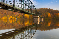Voetgangersbrug over de Vltava-rivier stock foto