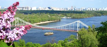 Voetgangersbrug over Dnieper-rivier in Kiev, de Oekraïne royalty-vrije stock fotografie
