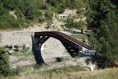 Voetgangersbrug over een rivier Stock Fotografie