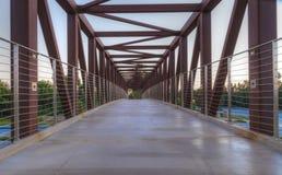Voetgangersbrug over Irvine California stock afbeeldingen