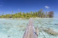 Voetgangersbrug over lagune, Tetamanu, Fakarava, Tuamotu-Eilanden, Franse Polynesia stock foto