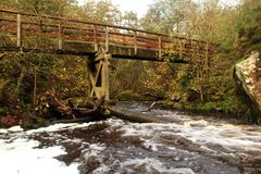 Voetgangersbrug over Lugton-water, Dalry Stock Foto
