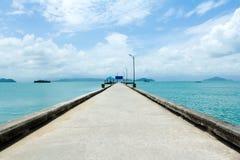 Voetgangersbrug over turkooise oceaan Stock Afbeeldingen