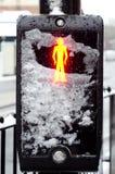 Voetgangersoversteekplaats behandeld met sneeuw Stock Afbeeldingen