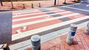 Voetgangersoversteekplaats gestreept zebrapad Stock Afbeelding