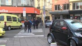 Voetgangersoversteekplaats in het centrum van Bulgaars hoofdsofia stock videobeelden