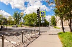 Voetgangersoversteekplaats met wit die lijnen op asfalt en Orth merken Stock Foto