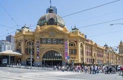 Voetgangersoversteekplaatsweg bij Flinders-Straatpost, Melbourne, Australië Stock Afbeelding