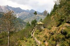 Voetpad aan een plattelandshuisje in de bergen Stock Foto