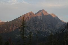 Voetpad aan Popradské de mening van het plesomeer aan Patria-piek, de piek van Mala baÅ ¡ Ta en Satan piek, Hoge Tatras stock foto's