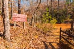 Voetpad en struikgewas in het Park van de Staat van de Voorzienigheidscanion, Georgië, de V.S. Stock Foto's