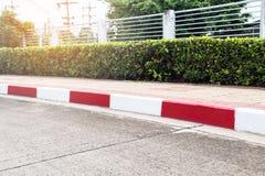 Voetpad en Verkeersteken op weg in het industriële landgoed Royalty-vrije Stock Afbeeldingen