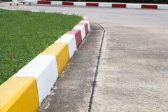 Voetpad en Verkeersteken op weg in het industriële landgoed Stock Afbeeldingen