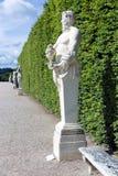 Voetpad met sierstandbeelden in het tuinpaleis Versailles Parijs, Frankrijk Stock Fotografie