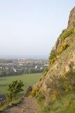 Voetpad op de Steile rotsen van Salisbury, Holyrood-Park, Edinburgh stock foto's
