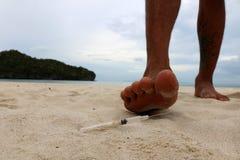 Voetstap op injectienaalden op het strand royalty-vrije stock foto's