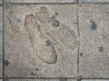 Voetstappen aan concrete de straatkant van de voetweg royalty-vrije stock foto