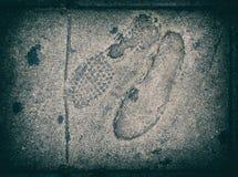 Voetstappen op de textuur van het voetpadasfalt Stock Fotografie