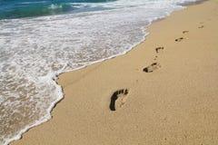 Voetstappen op een strand royalty-vrije stock afbeelding