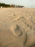 Voetstappen op het strand Stock Foto