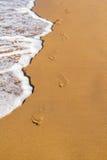 Voetstappen op het strand stock fotografie