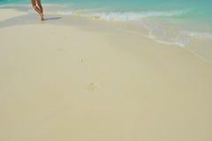 Voetstappen op strand royalty-vrije stock foto