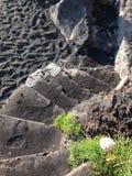 Voetstappen op strand van Stromboli stock afbeeldingen