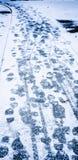 Voetstappen in Sneeuwweg Stock Foto's