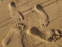 Voetstappen in zand stock afbeeldingen