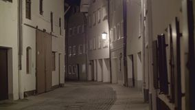 Voetstraat bij nacht stock videobeelden