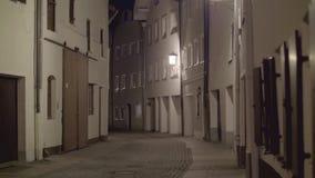 Voetstraat bij nacht stock video