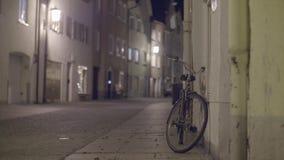 Voetstraat bij nacht stock footage