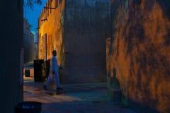 Voetstraat bij schemer, Doubai stock afbeelding